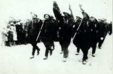 Poczet sztandarowy strażaków Ochotniczej Straży Pożarnej w Białej Podlaskiej na defiladzie 11 listopada 1938 r. [fotografia]