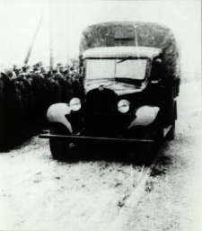 Wojskowy samochód ciężarowy na defiladzie 11 listopada 1938 r. w Białej Podlaskiej [fotografia]