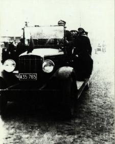 Wóz strażackiej Ochotniczej Straży Pożarnej w Białej Podlaskiej na defiladzie 11 listopada 1938 r. [fotografia]