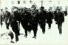Strażacy bialscy na Placu Wolności podczas defilady z okazji święta 3 Maja [fotografia]