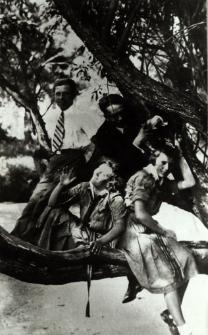 Młodzież bialska na wycieczce w Leśnej Podlaskiej [fotografia]