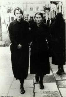 Uczennice Gimnazjum im. E. Plater w Białej Podlaskiej na Placu Wolności [fotografia]