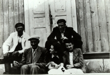 Mieszkańcy Białej Podlaskiej na schodkach tzw. łazienek Michała (wypożyczalni kajaków) przy Krznie [fotografia]