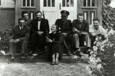 Szymon Pyszko z rodziną przed domem w Ratajewiczach [fotografia]