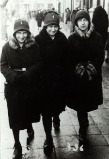 Uczennice Gimnazjum Żeńskim im. E. Plater w Białej Podlaskiej na Placu Wolności [fotografia]