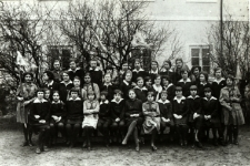 Drużyna harcerska przy Gimnazjum Żeńskim im. E. Plater w Białej Podlaskiej przed budynkiem szkoły [fotografia]