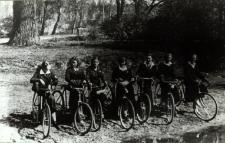 Wycieczka rowerowa uczennic Gimnazjum Żeńskim im. E. Plater w Białej Podlaskiej do Roskoszy [fotografia]