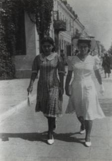 Mieszkanki Białej Podlaskiej na Placu Wolności [fotografia]