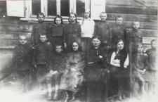 Uczniowie kl. IV Szkoły Powszechnej w Konstantynowie [fotografia]
