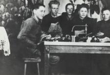 Nauka zawodu szewskiego w Nosowie [fotografia]