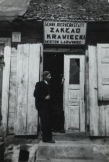 Zakład krawiecki Wiktora Ladwinca przy Placu Wolnosci w Konstantynowie