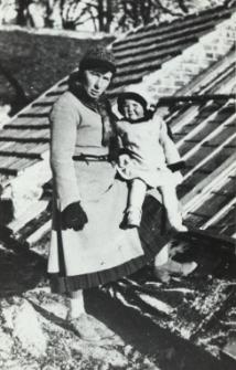 Hrabianka Teresa Maria Plater-Zyberk z boną w ogrodzie w Konstantynowie [fotografia]