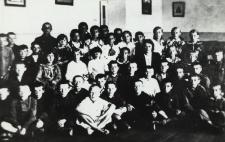 Uczniowie kl. IV szkoły ćwiczeń w Leśnej Podlaskiej [fotografia]