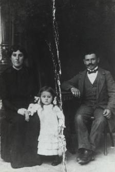 Bialski rzemieślnik Piotr Krasuski z żoną Franciszką i corką Jadwigą [fotografia]