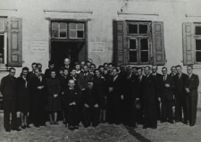 Rzemieślnicy powiatu bialskiego przed budenkiem Cechu Rzemieślników w Białej Podlaskiej [fotografia]