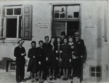 Grupa pracowników Powiatowej Grupy Rzemiosła przed budenkiem Cechu Rzemieślników w Białej Podlaskiej [fotografia]