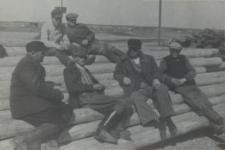 Mieszkańcy Zakanala pracujący w tartaku w Konstantynowie [fotografia]