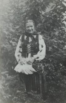 Mieszkanka Konstantynowa w odświętnym stroju ludowym [fotografia]
