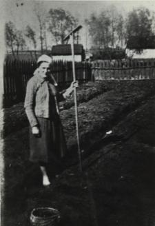 Mieszkanka Konstantynowa przy pracy w ogródku [fotografia]