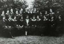 Uczennice kl. VII Gimnazjum Żeńskiego im. E. Plater w Białej Podlaskiej [fotografia]