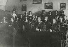 Uczennice kl. VII Państwowego Gimnazjum Żeńskiego im. E. Plater w Białej Podlaskiej [fotografia]