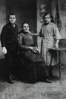 Mieszkanka Kozłów z dziećmi w odświętnych strojach [fotografia]