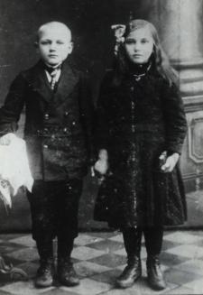 Dzieci rolników z Kozłów w odświętnych strojach [fotografia]