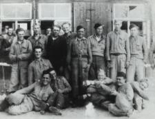 Grupa mieszkańców z pow. bialskiego przed wyjadem do pracy przymusowej w Niemczech [fotografia]