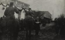 Burmistrz Walenty Klimecki wita żołnierzy polskich wkraczających do Białej Podlaskiej [fotografia]