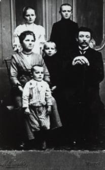 Pracownik cegielni w Stasinowie z rodzina [fotografia]