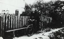 Mieszkaniec Nowych Litewnik na rowerze [fotografia]