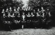 Uczennice kl. VIII Gimnazjum Żeńskiego im. E. Plater w Białej Podlaskiej [fotografia]