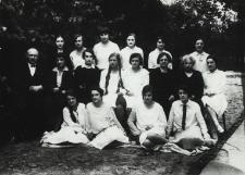 Uczennice klasy maturalnej Gimnazjum Żeńskiego im. E. Plater w Białej Podlaskiej wraz z nauczycielami [fotografia]