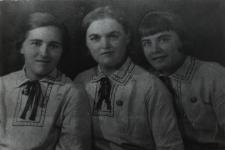 Czesława Łepecka siostrzenica Kajetana Sawczuka z koleżankami [fotografia]