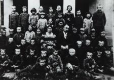 Uczniowie szkoły powszechnej w Lipnicy z nauczycielami [fotografia]