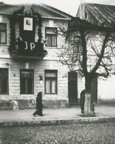 Dekoracja poświęcona marszałkowi Józefowi Piłsudskiemu na budynku magistratu w Białej Podlaskiej [fotografia]
