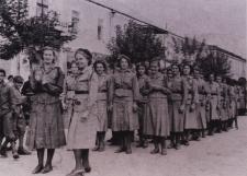 Harcerki z bialskiego hufca przed defiladą w święto 3 Maja [fotografia]