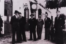 Pracownicy Podlaskiej Wytwórni Samolotów w Białej Podlaskiej przed dworcem kolejowym [dokument ikonograficzny]