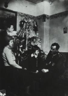 Bialska rodzina przy choince [dokument ikonograficzny]