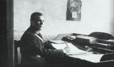 Wojciech Kot - w trakcie pracy na posterunku Policji Państwowej w Białej Podlaskiej [fotografia]