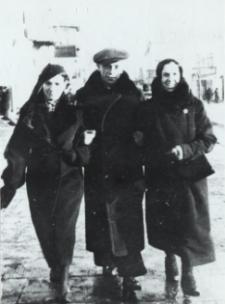 Rodzina Makarewiczów z Białej Podlaskiej na Placu Wolności [fotografia]