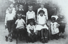 Grupa dzieci z ulicy Stodolnej w Białej Podlaskiej [fotografia]