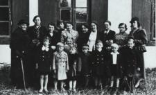 Dzieci przed Przedszkolem Rodziny Urzędniczej w Parku Radziwiłłowskim w Białej Podlaskiej [fotografia]