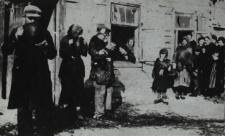 Grupa Żydów przed zakładem mleczarskim w Łomazach [fotografia]