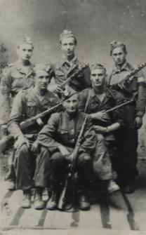 """Partyzanci z oddziału """"Lecha"""" Stanisława Chmielarskiego [fotografia]"""