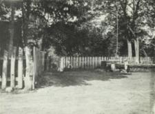 Studnia na wiejskim podwórku w okolicach Kościeniewicz [fotografia]