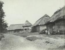 Drewniane zabudowania wiejskie w okolicach Kościeniewicz [fotografia]
