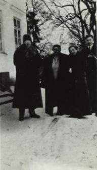 Rodzina Kuczyńskich i Wędrychowskich przed dworem w Koroszczynie [fotografia]