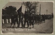 Uczniowie Szkoły Powszechnej nr 1 w Białej Podlaskiej podczas defilady z okazji święta 3 Maja [fotografia]