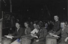 Zajęcia w stodole uczniów Publicznej Szkoły Handlowej w Białej Podlaskiej [fotografia]